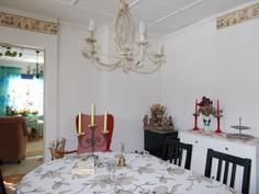 Ruokailuhuone olohuoneeseen päin