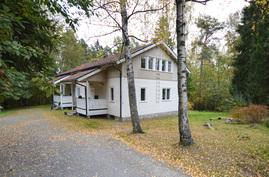 Myytävä asunto talon lähemmässä päädyssä
