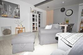 Mukavan kokoinen, valoisa olohuone