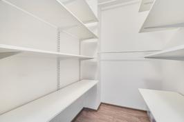 Vaatehuone, hyllyjen korkeus säädettävissä