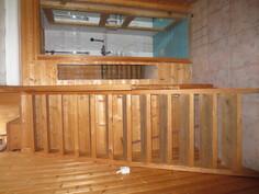 Portaat yläkertaan ja WC/sihkuhuoneen käynti