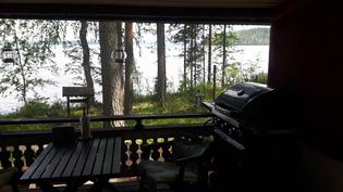 Terassilta siintää Kiihkelesaari ja järven lähes aava ulappa
