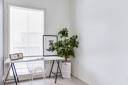 Pienempi huone sisustettu työhuoneeksi