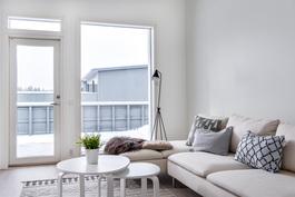 Olohuoneen ikkunoista näkyvyys omalle aidatulle pihalle
