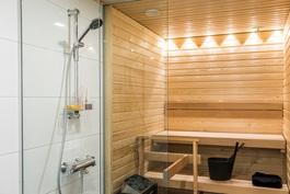 Saunassa vakiona LED-valot ja lasiseinät sekä suihkuseinä lasia.