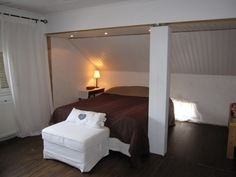 Yläkerta: Iso makuuhuone