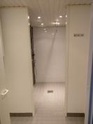 Pesutilat. Jaettu erikseen tila pesukoneelle ennen suihkuhuonetta.