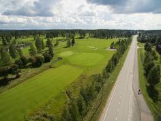 Golfkenttä tien toisella puolella.