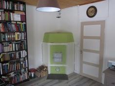 Alakerran makuuhuone työhuonekäytössä. Kirjahyllyn takana ovi portaikkoon jonka voi ottaa käyttöön