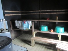 Sauna on entinen savusauna joka on joskus muutettu tavalliseksi puusaunaksi.