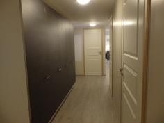 Käytävän yhteydessä vaatehuone sekä runsaasti kaappitilaa.