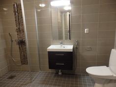 Siistin kylpyhuoneen yhteydessä toinen WC.