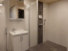 Vaaleansävyinen uusi kylpyhuone.