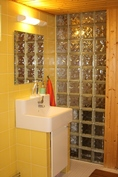 Pesuhuoneessa lasitiiliseinä
