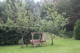 Pihakeinun paikka omenapuiden alla