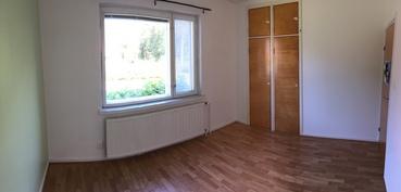 Keskikerroksen asunnon makuuhuone