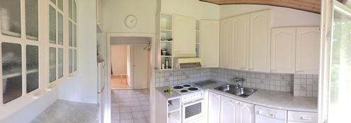 Yläkerran asunnon keittiö