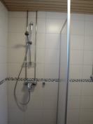 Suihku ja suihkuseinä, rättipatteri, seinät ja lattia laatoitettu