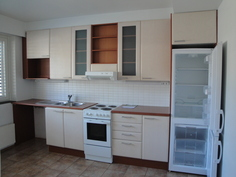 Keittiössä uudet laadukkaat kalusteet, suuri tiskipöytä, paljon työskentelytilaa ja kaappitilaa
