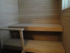 Mukava ikkunallinen sauna, leveät lauteet