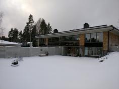 Suuri nurmikkopiha (tietysti talvisin lumen peitossa). Marjapensaita ja istutuksia.