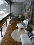 Olohuoneen ja keittiön yhteydessä lasitettu parveke