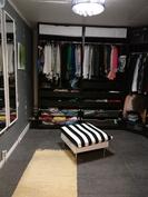 Kodinhoitohuoneen yhteydessä vaatehuone/pukeutumistila