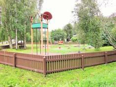 Viereinen leikkipuisto