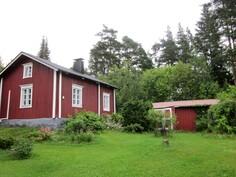 vanha talo ja autokatos