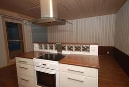 Keittiö ja olohuone jaettu liesitasolla