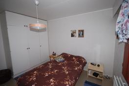 Pihan puoleinen makuuhuone