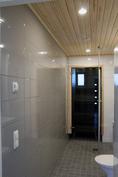 Kylpyhuoneen harmaa tehosteseinä  (kuva valmistunut kohde)