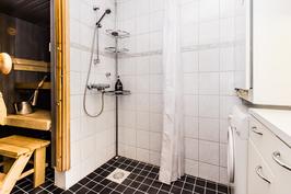 Pesuhuone on uusittu v.2011. Kodinhoitotilaa oikealla