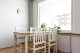 Ikkunan edessä paikka ruokapöydälle