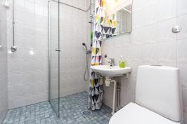 Kylpyhuoneessa on wc-istuin ja tila pyykinpesukoneelle