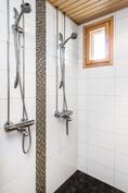 Kaksi suihkua. Tyylikkäät kaakeloinnit