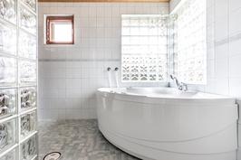Pesuhuoneessa poreallas kylpemiseen