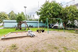 Pihalla suojaisa leikkipaikka lapsille