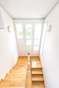 Yläkerran portaikkoon tulvii luonnonvaloa