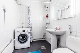 Kylpyhuone uusittu nykyaikaiseksi v.2006