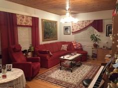 Viihtyisä olohuone, josta ikkunat sisäpihalle ja puistoon
