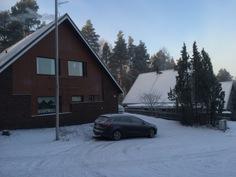 Talvinen kuva puistosta päin talolle