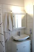 Kylpyhuone vaalea ja hyvä pohjainen.