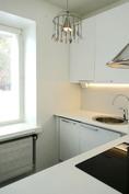 Keittiön ikkunan leveä taso tuo lisätilaa keittiöön.