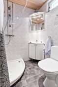 Erillinen wc, jossa suihku ja ikkunakin