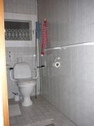 Alakerran iso vessa/kylpyhuone