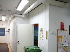 Käytävä vasemmalla, arkistohuone/varasto edessä, työtilat oikealla