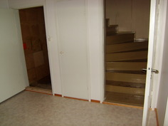 Eteinen, portaat kellariin ja yläkertaan