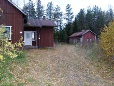 Talo ja piharakennus tieltä