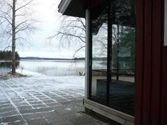 Päärakennuksen kulmalta järvelle